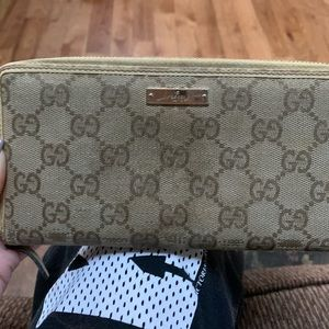Gucci's trifold zip wallet